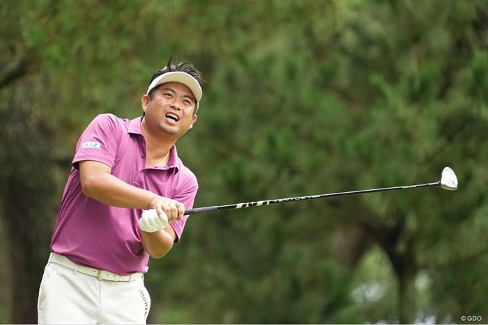 体を曲げながらボールの行方を追う 2021年 Sansan KBCオーガスタゴルフトーナメント 初日 池田勇太