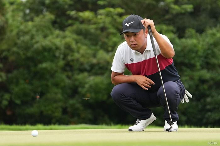 パットのラインをジーッと見つめる 2021年 Sansan KBCオーガスタゴルフトーナメント 初日 時松隆光