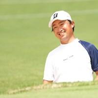 バンカーからグリーンを狙うも「もうちょっと寄ってよ」と言いたげに笑顔を見せる 2021年 Sansan KBCオーガスタゴルフトーナメント 初日 市原弘大