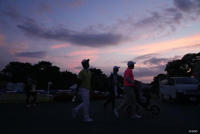 2021年 Sansan KBCオーガスタゴルフトーナメント 初日 日没 降雨のため試合開始が遅れ、サスペンデッドとなりクラブハウスに引き揚げる