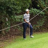 林に打ち込んだボールを拾い上げる 2021年 Sansan KBCオーガスタゴルフトーナメント 初日 金谷拓実