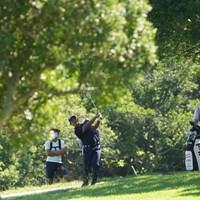 ティショットを曲げ林の中からグリーンを狙う 2021年 Sansan KBCオーガスタゴルフトーナメント 2日目 金谷拓実
