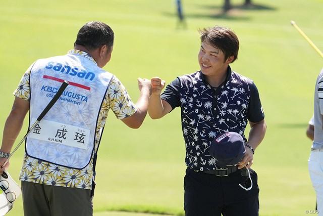 2021年 Sansan KBCオーガスタゴルフトーナメント  3日目 今野大喜 同組選手のキャディとグータッチをかわす今野大喜