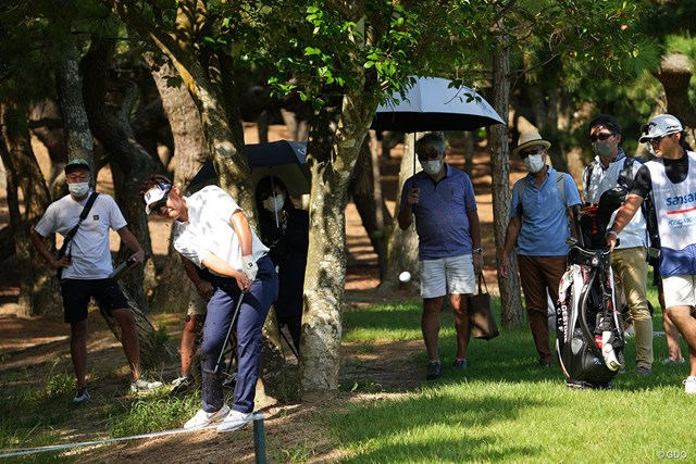 2021年 Sansan KBCオーガスタゴルフトーナメント 3日目 清水大成 ティショットを曲げ林の中からグリーンを狙う