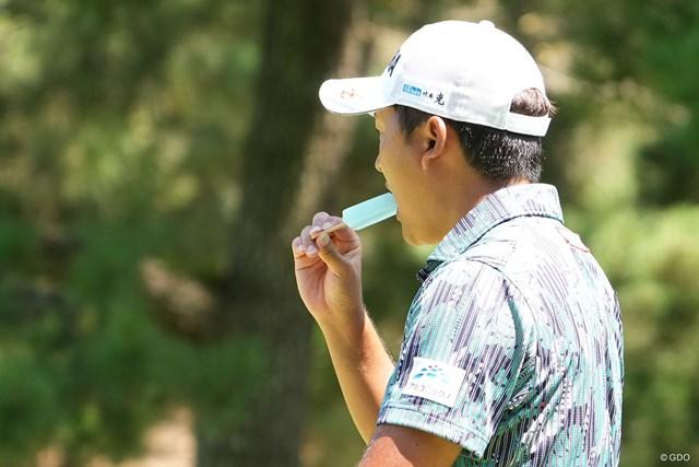 2021年 Sansan KBCオーガスタゴルフトーナメント 3日目 今平周吾 暑いとアイスをパクり