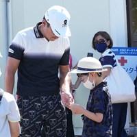 競技を終え子供にティマークをプレゼント 2021年 Sansan KBCオーガスタゴルフトーナメント 3日目 矢野東