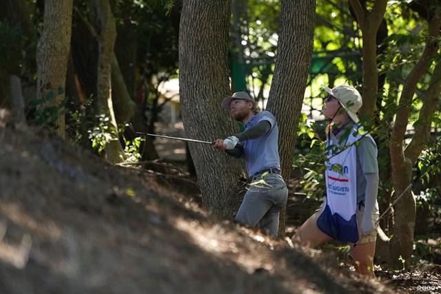 2021年 Sansan KBCオーガスタゴルフトーナメント 最終日 スコット・ビンセント ティショットをまげ林の中からナイスリカバリー