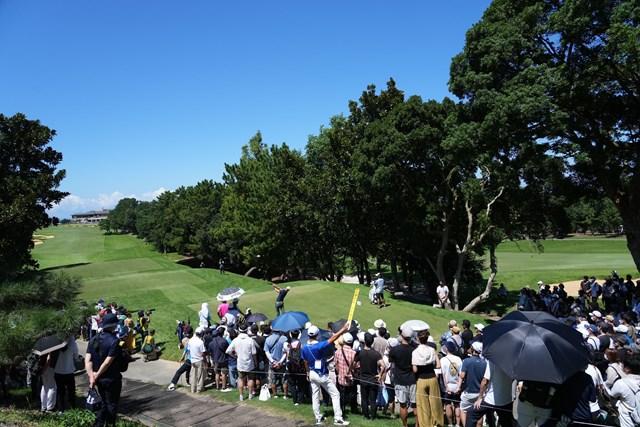 2021年 Sansan KBCオーガスタゴルフトーナメント 最終日 石川遼 大勢のギャラリーの中9番ティショットを放つ