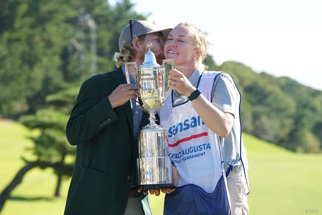 2021年 Sansan KBCオーガスタゴルフトーナメント 最終日 スコット・ビンセント スコット・ビンセントはキャディのケルシーさんと初優勝を喜んだ