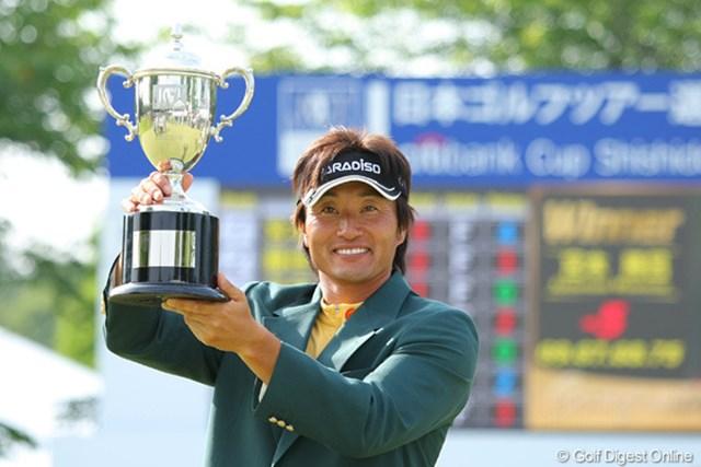 初日から首位を守る完全V。2年ぶりの優勝を飾った宮本勝昌
