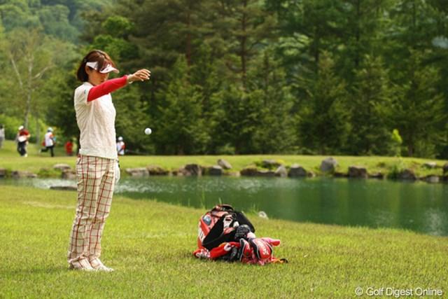 2010年 リゾートトラストレディス 最終日 北田瑠衣 16番池越えのショートホールでまさかの池ポチャ・・・ダブルボギーを叩き万事休す。
