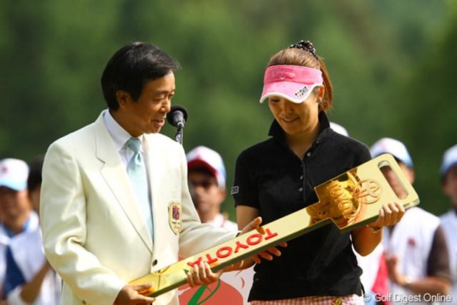 「TOYOTA」の文字が反対ですよ・・・と指摘する甲田良美プロ。初優勝とは思えないほど、ラウンド中はもちろん、表彰式でもスピーチでも冷静でした。