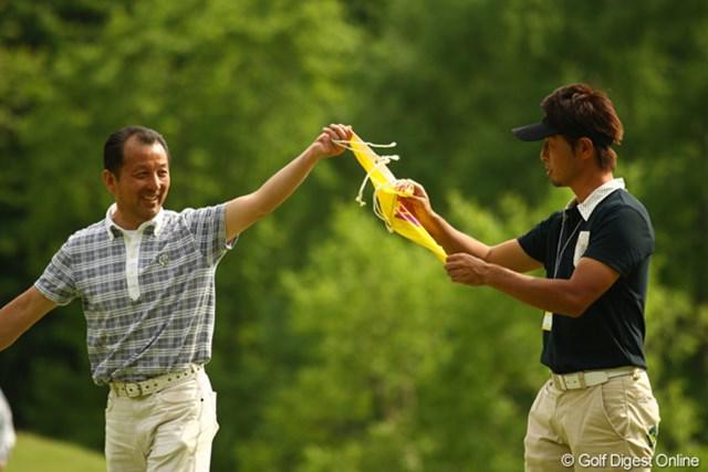 2010年 リゾートトラストレディス 最終日 18番ピンフラッグ 「優勝したのはワシの娘じゃ!」「でも普通、18番のピンフラッグはキャディがもらうもんですっ!」甲田良美プロのお父さんとキャディの石井プロが奪い合って・・・る訳ではありません。