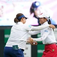 岡山絵里(左)にプレーオフで競り勝った吉田優利 2021年 ゴルフ5レディス プロゴルフトーナメント  最終日 吉田優利