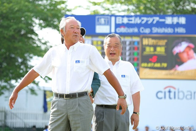 表彰式後の写真撮影では、優勝者を隠してしまったJGTO名誉顧問の青木功氏