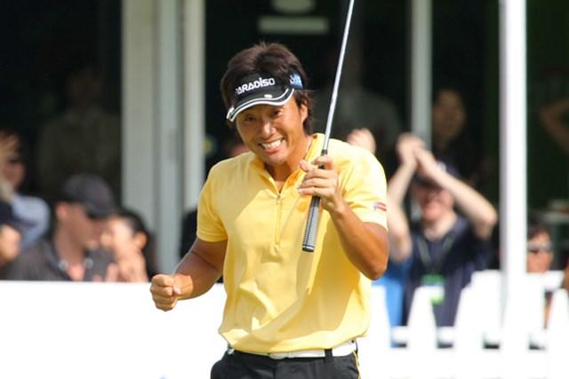 2010年 日本ゴルフツアー選手権 シティバンク カップ 宍戸ヒルズ 宮本勝昌 18番でウィニングパットを沈めた宮本は渾身のガッツポーズで喜んだ