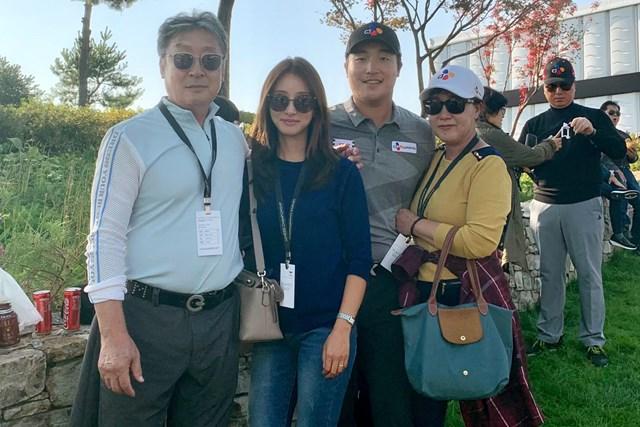 2021年 PGAツアーオリジナル イ・キョンフン 両親と夫人と一緒に。イ・キョンフンは2021年に悲願を成就させた(画像提供:イ・キョンフン)