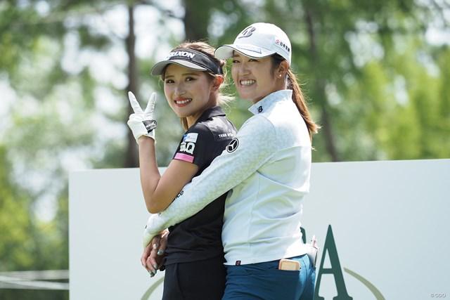 2021年 日本女子プロゴルフ選手権大会コニカミノルタ杯 事前 稲見萌寧と臼井麗香 稲見萌寧と臼井麗香。仲良しの2人はラウンドも楽しそう