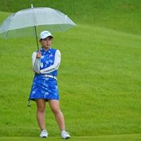 しずる感たっぷりで雰囲気出てますけど、ビニール傘じゃないですか!さすがに初めて見ました。 2021年 日本女子プロゴルフ選手権大会コニカミノルタ杯 初日 吉本ひかる
