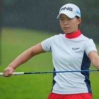 フェースの水滴が気になる雨。 2021年 日本女子プロゴルフ選手権大会コニカミノルタ杯 初日 渋野日向子