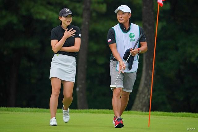 2021年 日本女子プロゴルフ選手権大会コニカミノルタ杯 初日 佐藤絵美 佐藤絵美(左)は男子プロの宮本勝昌をキャディに起用した