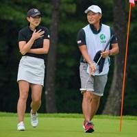 佐藤絵美(左)は男子プロの宮本勝昌をキャディに起用した 2021年 日本女子プロゴルフ選手権大会コニカミノルタ杯 初日 佐藤絵美
