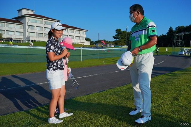 2021年 日本女子プロゴルフ選手権大会コニカミノルタ杯 2日目 小滝水音 ホールアウト後、中嶋常幸プロに激励を受けました。