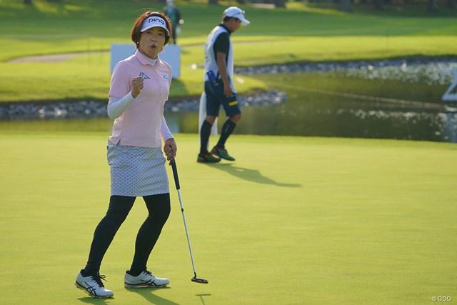 2021年 日本女子プロゴルフ選手権大会コニカミノルタ杯 3日目 大山志保 最終18番、出ました力強いガッツポーズ!