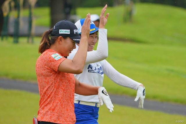 2021年 日本女子プロゴルフ選手権大会コニカミノルタ杯 3日目 渋野日向子 菅沼菜々 ラウンド中に恋ダンス?それともスリラー?いえいえ、大量の虫が襲って来て、手で追い払っているのですが、2人のシンクロ率100%です。