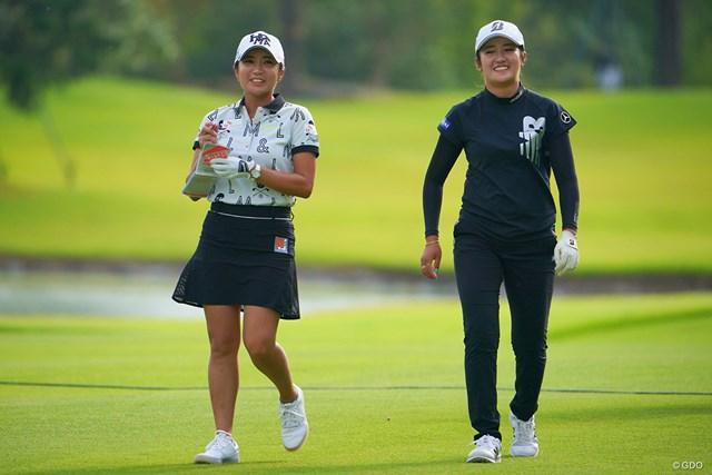 2021年 日本女子プロゴルフ選手権大会コニカミノルタ杯 3日目 イ・ボミ 稲見萌寧 ラウンド中、ずっと仲良くおしゃべりの2人。