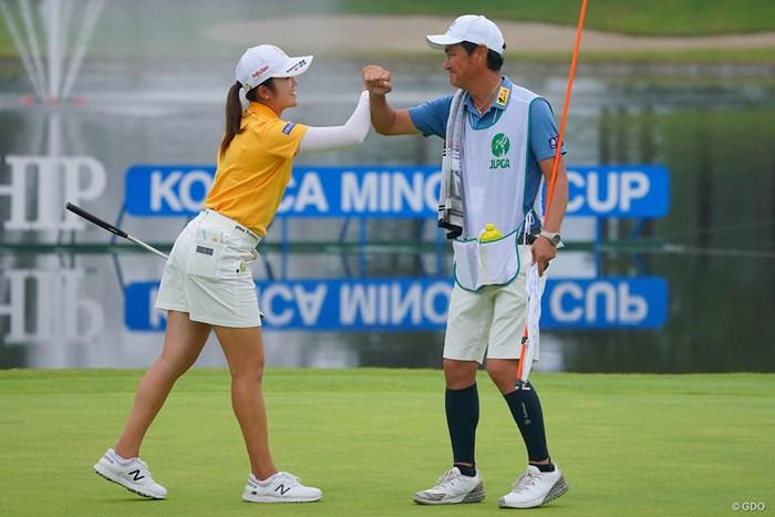 キャディさんにも感謝だね。 2021年 日本女子プロゴルフ選手権大会コニカミノルタ杯 最終日 稲見萌寧