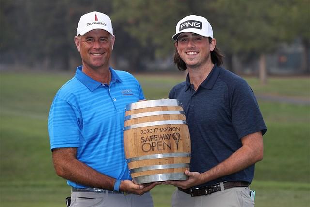 2020年 セーフウェイオープン 最終日 スチュワート・シンク 前年大会はスチュワート・シンクが優勝。キャディの息子とワイン樽型トロフィーを掲げた(Sean M. Haffey/Getty Images)