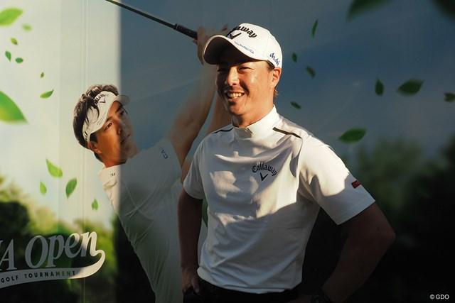 2021年 ANAオープンゴルフトーナメント  事前 石川遼 自身の看板の前で照れながら取材対応