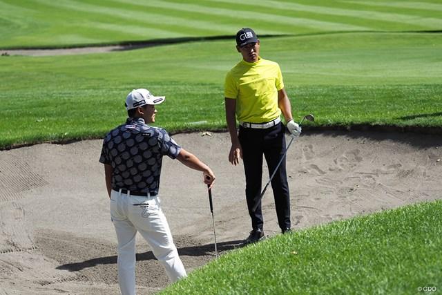 2021年 ANAオープンゴルフトーナメント 事前 今平周吾 池上憲士郎 仲良くバンカーをチェック中