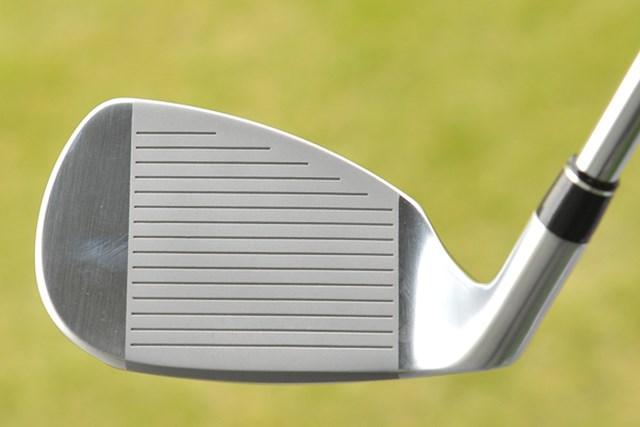 新製品レポート プロギア R55 ウェッジ NO.4 フェースは大きく、独特なヘッド形状をしている