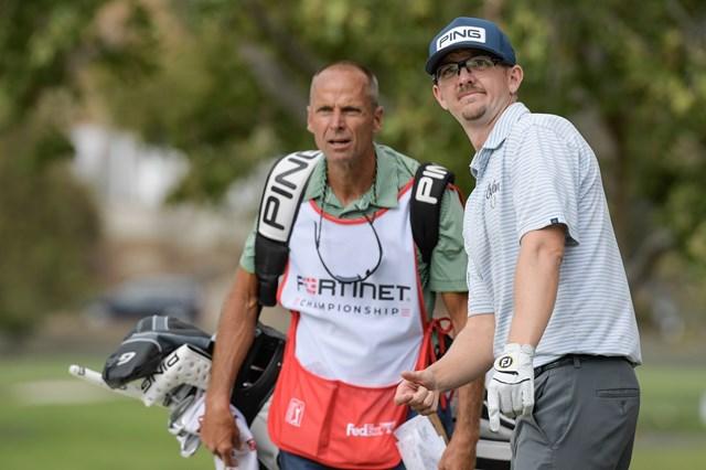 2022年 フォーティネット選手権 3日目 ジム・クノウス キャディさんともどもなかなか表情豊かです(Stan Badz/PGA TOUR)