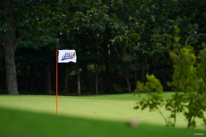 けっこうな風が吹いて選手も大変そう 2021年 ANAオープンゴルフトーナメント 最終日 ピンフラッグ