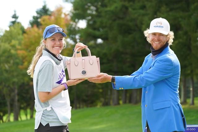 2021年 ANAオープンゴルフトーナメント 最終日 スコット・ビンセント 女性用のバッグも副賞でもらい奥様に良いプレゼント