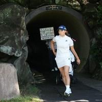 トンネルを抜けてティに向かう 2021年 住友生命 Vitality レディス 東海クラシック 最終日 渋野日向子