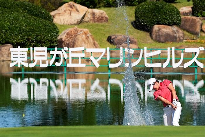 岩井明愛は18番でのウォーターショットでプロ初Vを手繰り寄せた(Ken Ishii/Getty Images) 2021年 山陽新聞レディースカップ  最終日 岩井明愛