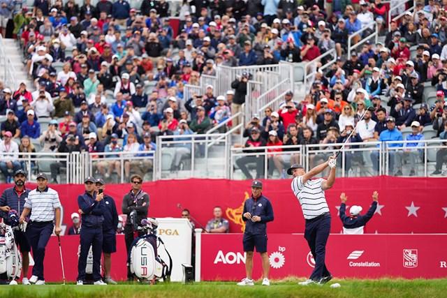 2022年 ライダーカップ 事前 ブライソン・デシャンボー ウィスリングストレイツでの練習ラウンドでショットを放つデシャンボー(Darren Carroll/PGA of America via Getty Images)