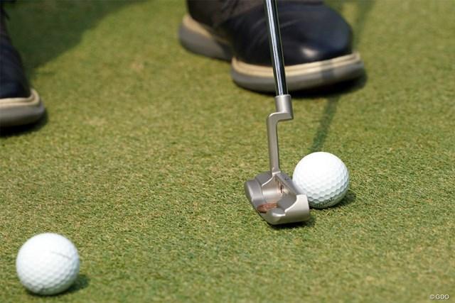 2021年 パナソニックオープンゴルフチャンピオンシップ  初日 小林伸太郎 10円玉を使った練習をする小林伸太郎