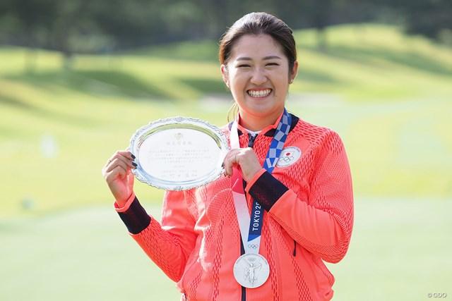 2021年 日本女子オープンゴルフ選手権 事前 稲見萌寧 記念の銀盆を持って記念撮影