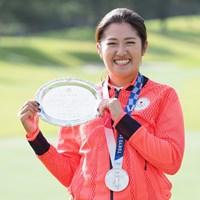 記念の銀盆を持って記念撮影 2021年 日本女子オープンゴルフ選手権 事前 稲見萌寧