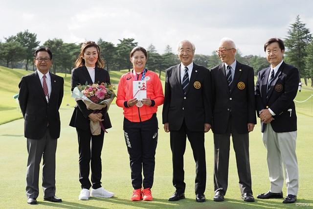 2021年 日本女子オープンゴルフ選手権 事前 稲見萌寧 日本ゴルフ協会と日本女子プロゴルフ協会から、合わせて1000万円の報奨金を授与された