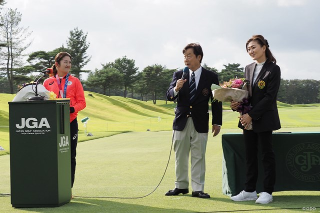 2021年 日本女子オープンゴルフ選手権 事前 稲見萌寧 女子代表コーチの服部道子さんもうれしそう