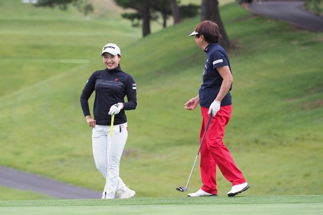2021年 日本女子オープンゴルフ選手権 事前 小祝さくら 小祝さくら(左)は大会最多8勝を誇る樋口久子JLPGA顧問とプロアマ戦をラウンド