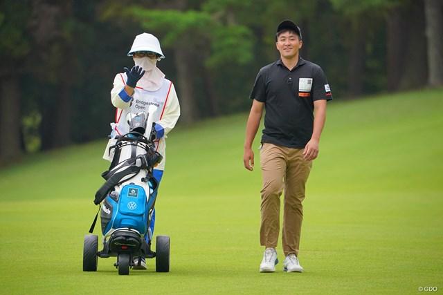 2021年 ブリヂストンオープンゴルフトーナメント 初日 小斉平優和 このハウスキャディさんとナイスコンビな感じですよ。