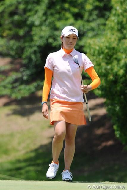 2010年 サントリーレディスオープンゴルフトーナメント 3日目 飯島茜 肝心なところでパットが決まりませんでした・・・。パターを見つめる表情が恨めしげ・・・。2位