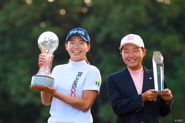 2021年 スタンレーレディスゴルフトーナメント 最終日 渋野日向子 トロフィと佐藤心結と渋野日向子